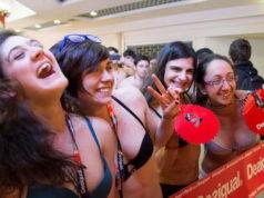 Сумасшедшая реклама в Турине, вошли полуголые, вышли одетые.