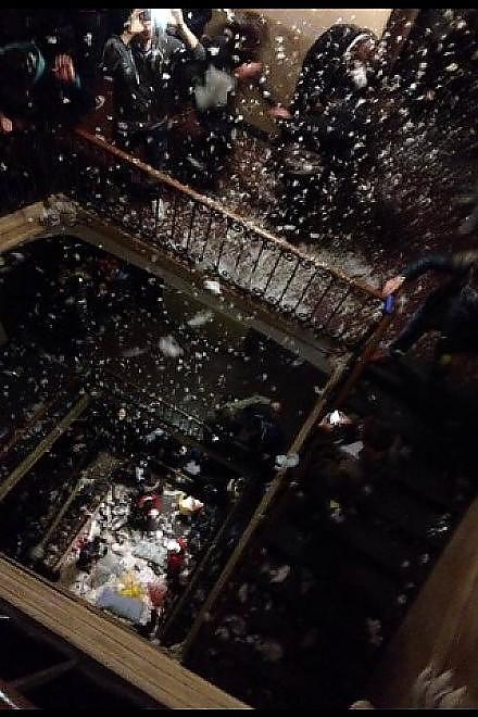 Студенты Турина в мега отрыве бои подушками на лестницах