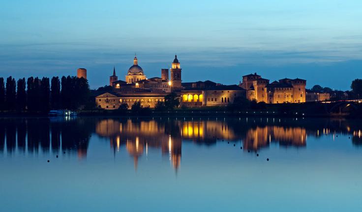 Замка севера Италии на озерах и реках