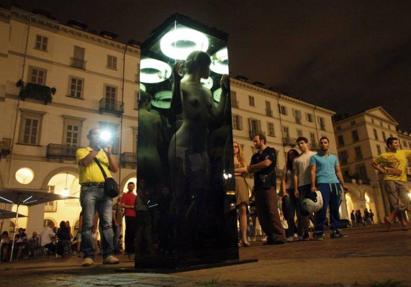 Молодая итальянка стоит голой в центре города Турин