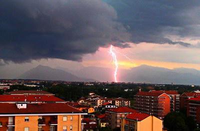 Раскаты грома и большая молния в Турине