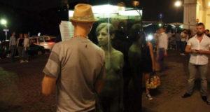 Голая женщина на площади Турина в стеклянной кабине