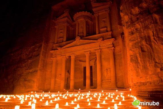 Фотография вырезанного в скале города Петра в Иордании