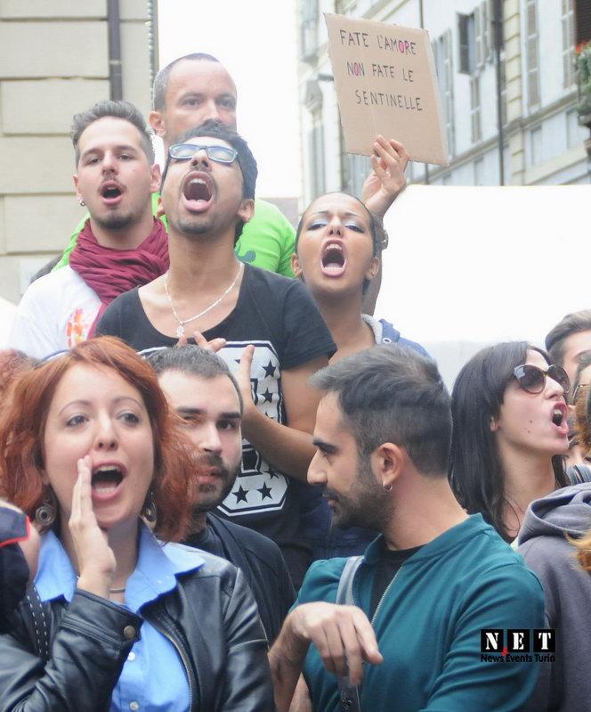 Aggressivita gay Torino piazza Carignano Sentinelle Torino