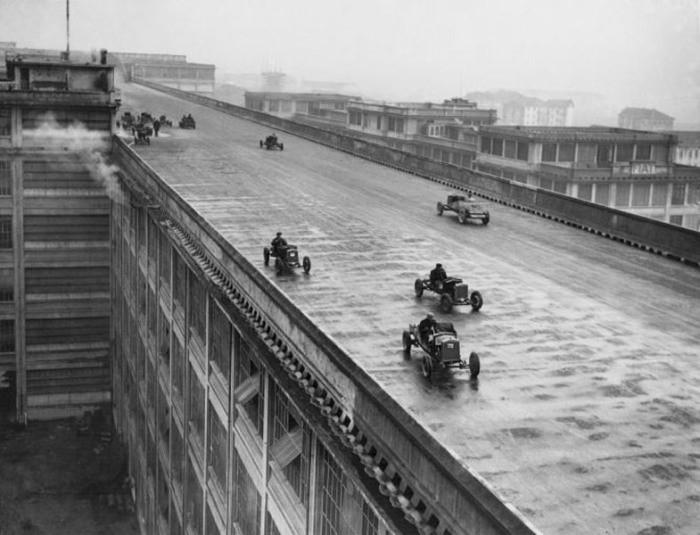 Старинные автомобили фиат на крыше фабрики