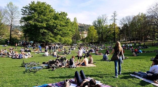 Полно людей в парке Валентино в Турине