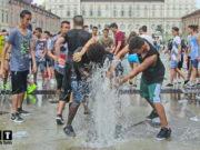 Купание в фонтанах Италии школьники Турина