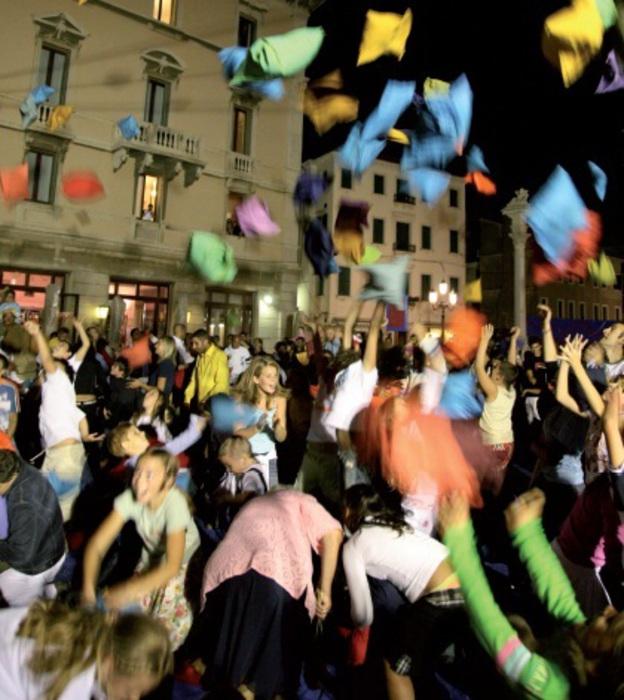 Турин шоу битва подушками на площади