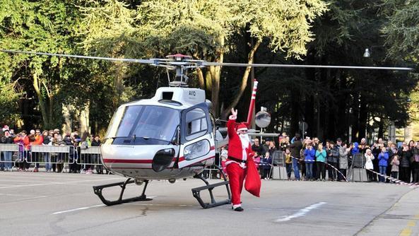Большой благотворительный марш дед морозов Турина в детскую больницу