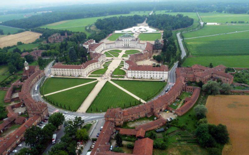 Охотничий замок Ступиниджи Италия Турин город барокко