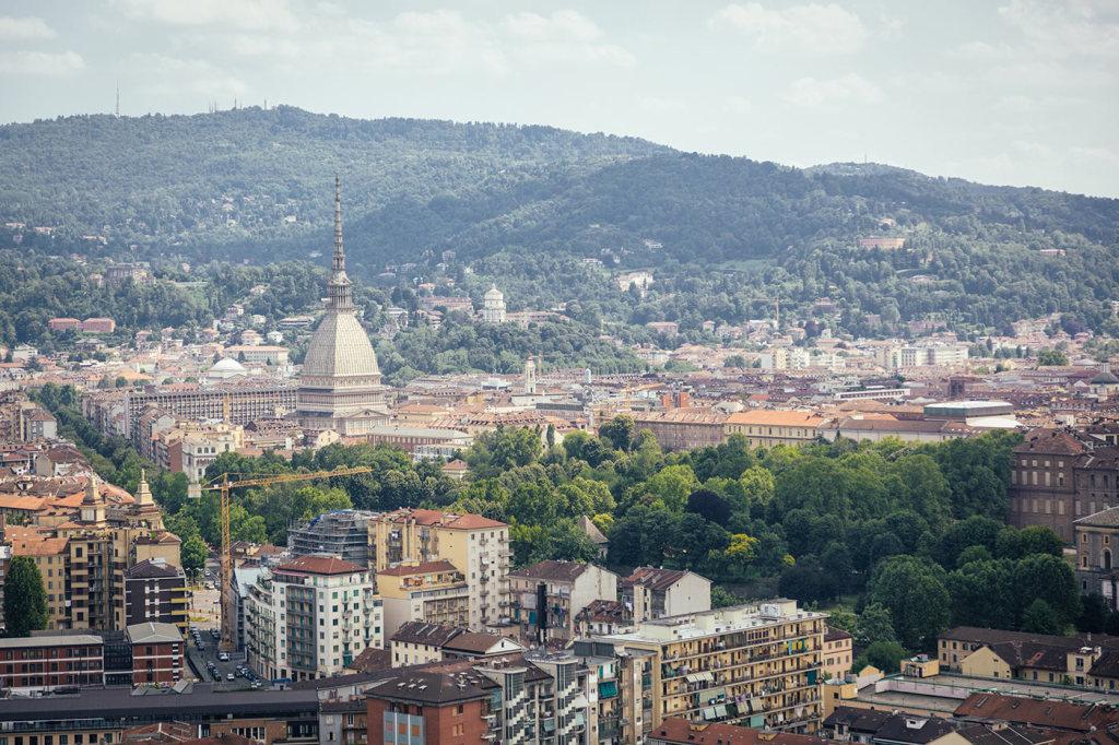Город Турин Италия весенняя панорама
