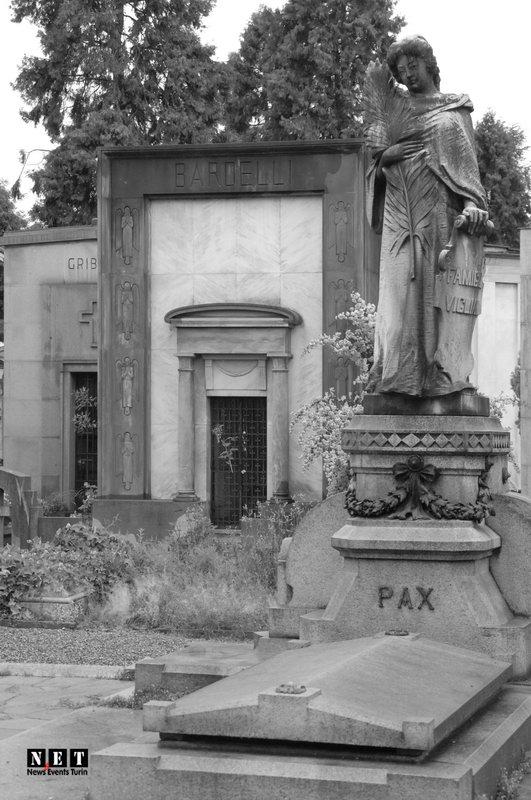 На центральной дорого монументального кладбища в Турине