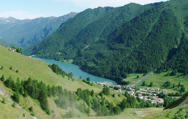 Мечта туриста маленькое село на берегу озера в Альпах Италии Пьемонта