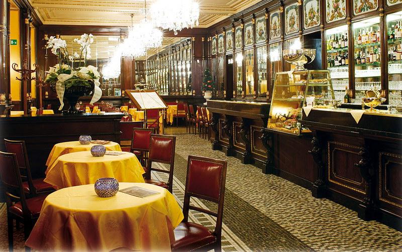 Знаменитый исторический бар в Турине Италия