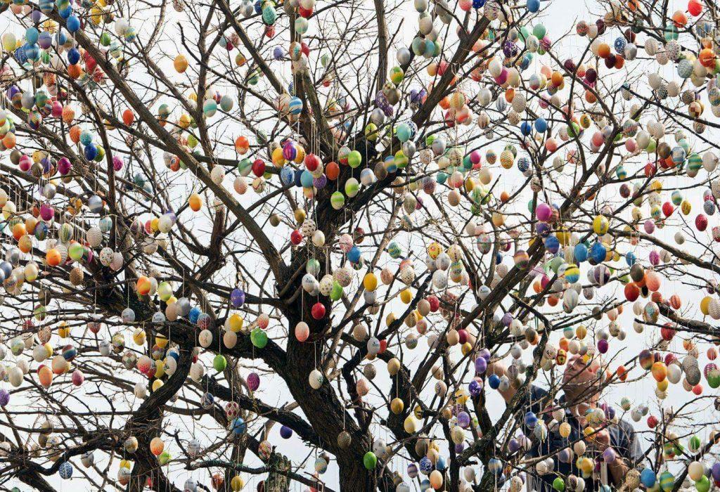Пасхальное дерево из разукрашенных яиц