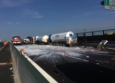 Закрыта автострада Турин - Милан из-за дорожно-транспортного происшествия, из автоцистерны вылился бензин на дорогу, водитель в тяжелом состоянии госпитализирован в больницу Новары