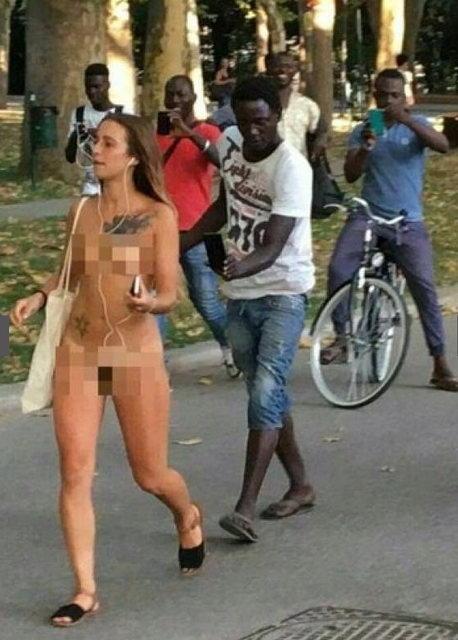 Голая итальянка иммигранты из африки делают фотографии телефоном
