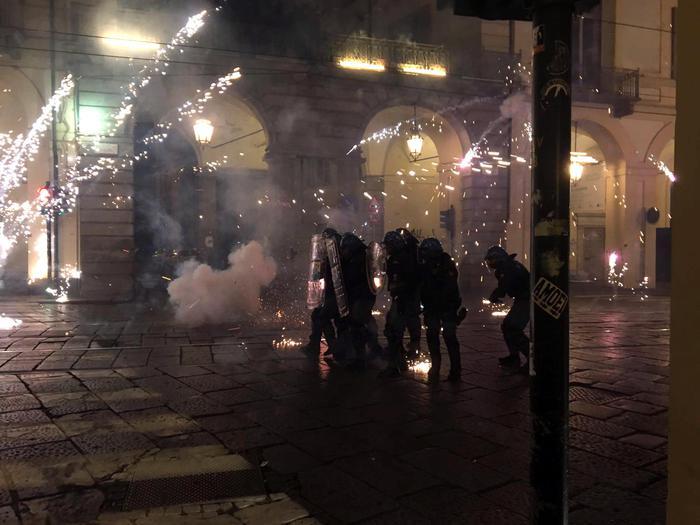 Большая семерка в Турине манифестация протеста с бомбами