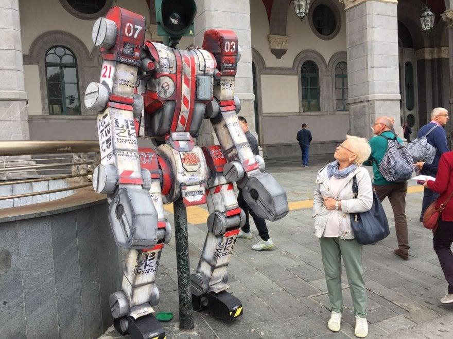 Турин светофор в виде робота возле вокзала