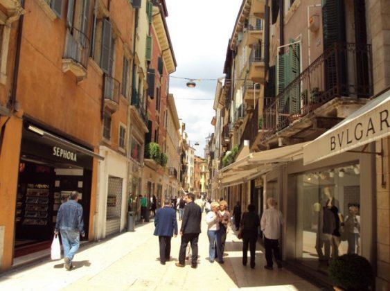 Верона - Via Mazzini В Вероне главной торговой улицей является Via Mazzini. Там путешественник может найти самую большую пешеходную зону.