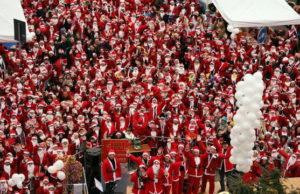 Рождественский парад Дедов Морозов и Снегурочек в Турине