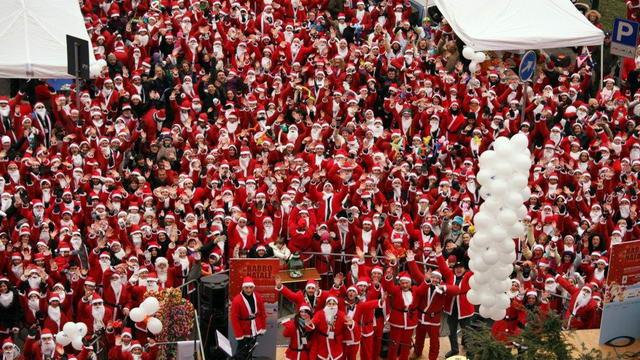 Парад Дедов Морозов в Италии Турине