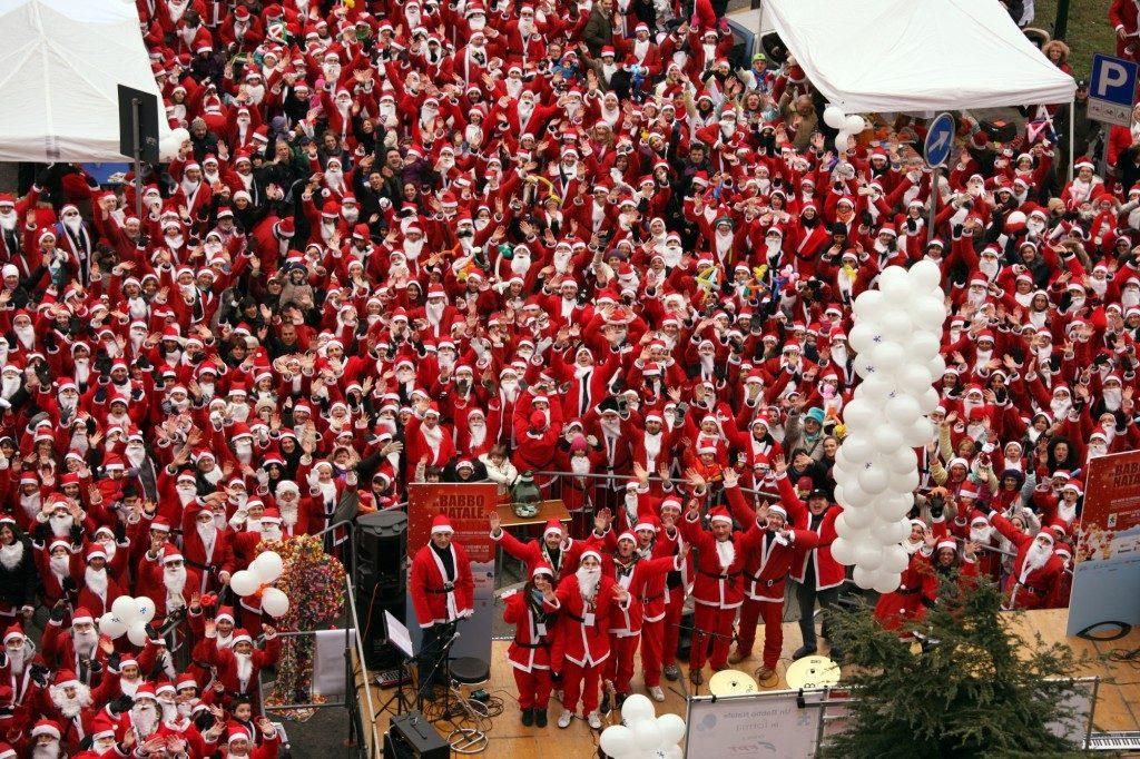 Парад Дедов Морозов в Италии Турин детская больница