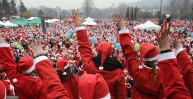 Тысячи Дедов Морозов возле детской больницы в Турине Италия