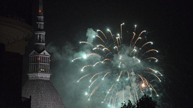 Светящиеся дроны в небе Италии Турин