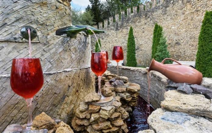 В Италии открывается бесплатный винный фонтан Бесплатный винный фонтан Италия