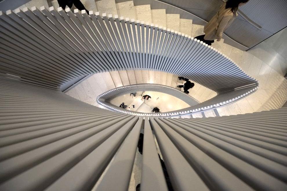 Замечательная лестница штаб квартиры Лавацца в Турине