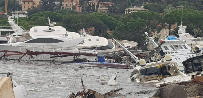 Штормовая погода Италия побережье Лигурии: десятки яхт разбились на пирсе в Рапалло