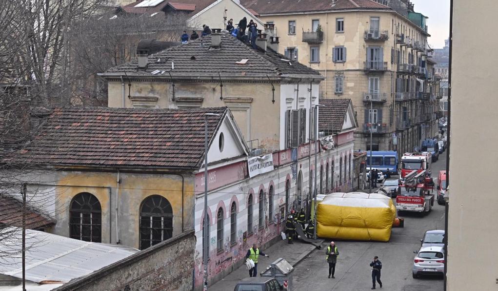 группа из шести анархистов ночевала на крыше дома в Турине