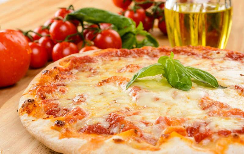 Сегодня Всемирный день пиццы, символ итальянской традиции. Мы празднуем это таким образом, к большему вкусу, потому что нет ничего прекраснее, чем насладиться им в компании!