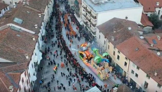 Карнавал в Италии с участием педофила в огне