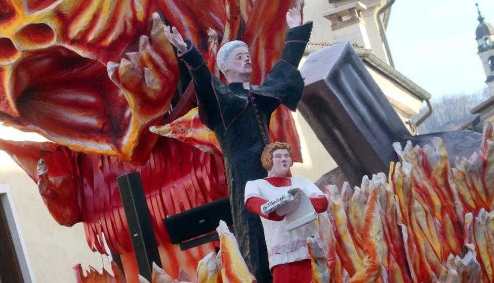 Священник педофил на карнавале в Италии Виченца