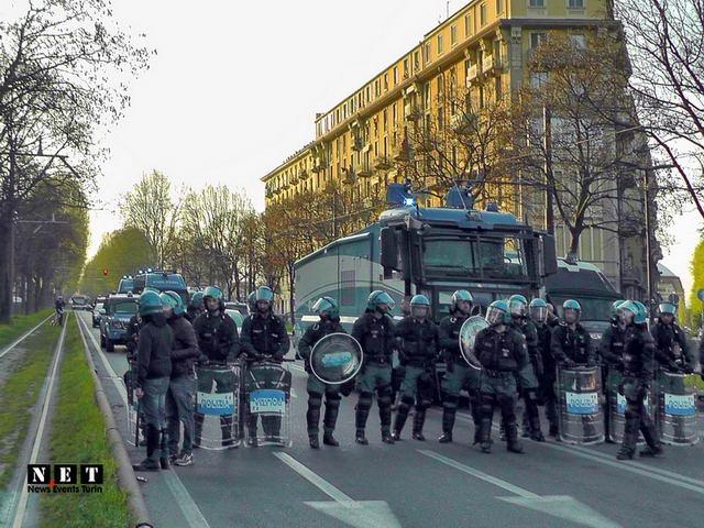 Anarchici al corteo di Torino Polizia manifestazione Италия - Манифестация анархистов в Турине