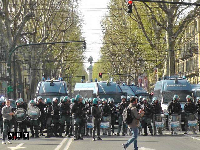 Италия - Манифестация анархистов в Турине Anarchici al corteo di Torino carichi polizia