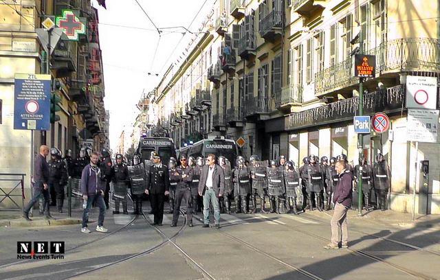 Anarchici al corteo di Torino blocco strada centro