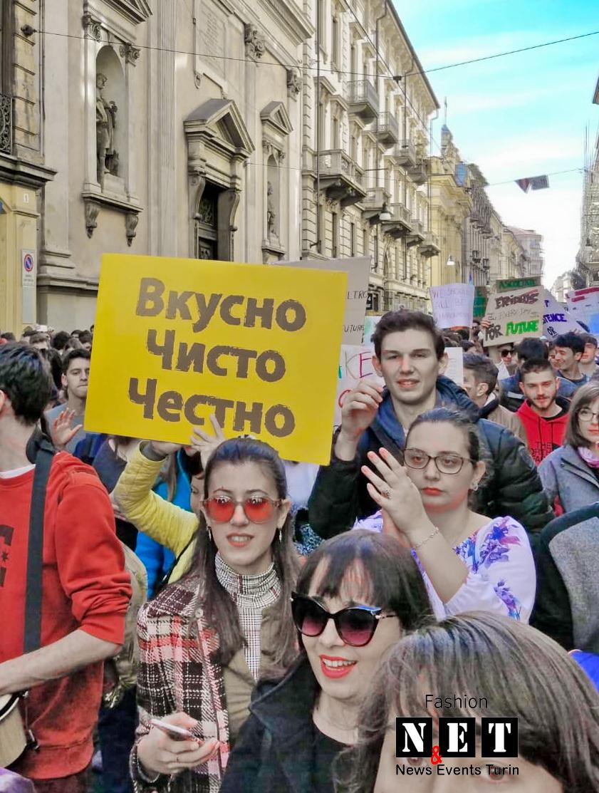 Манифестация студентов в Турине русский плакат