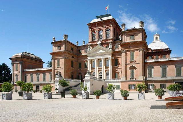 Турин Королевский замок Racconigi находится в городе Racconigi,