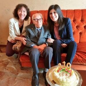 Самому старому мужчине в Италии, Сальваторе Кавалло 110 лет, мэр Турина Кьяра Аппендино