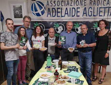 Радикалы запускает Apericannabis в Турине Продукты с «разрешенной» концентрацией конопли предлагались прохожим