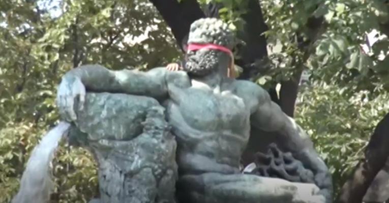 Розовые ленты на памятниках Турина в знак протеста против ненависти и расизма