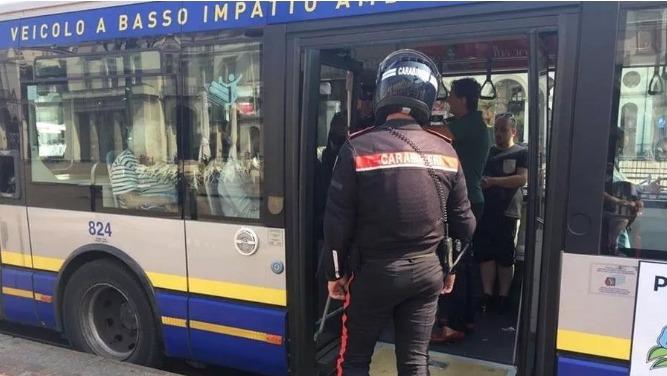 Полиция Турина арестовала итальянца и марокканца за вооруженный грабеж на автобусных остановках Турина.