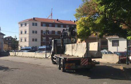 Полиция блокирует вход на рынок Suk в Турине бетонными блоками