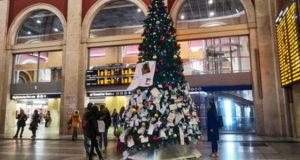 Новогодняя елка в Турине на железнодорожном вокзале Porta Nuova