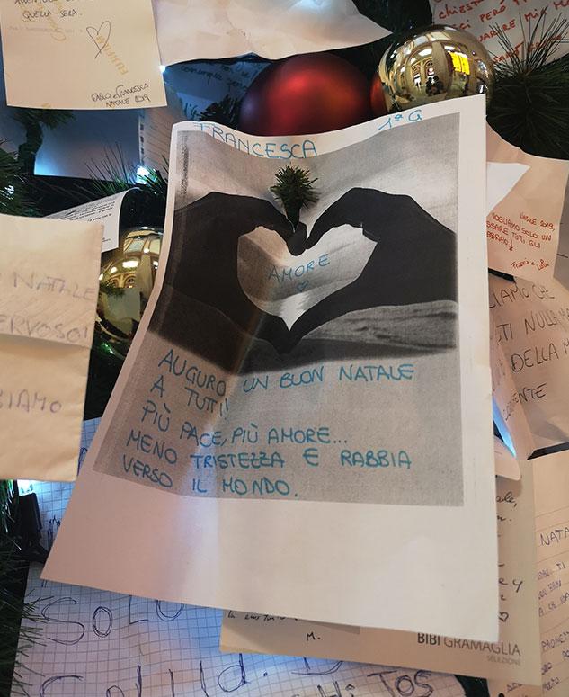 Различные желание и обращения к Деду Морозу в Турине Новогодняя елка в Турине на железнодорожном вокзале Porta Nuova