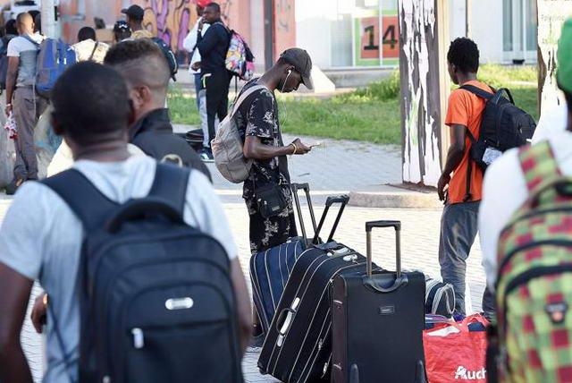Иммигранты на улицах Турина смещение в переферию