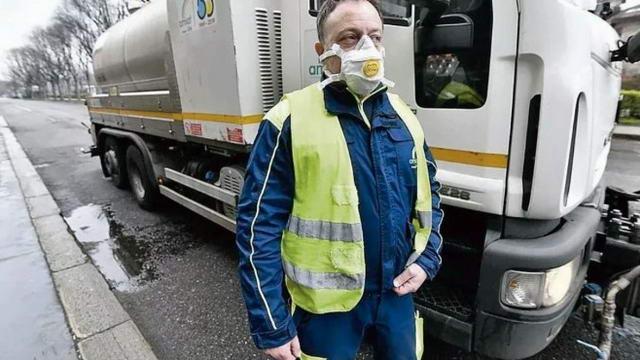 Автоцистерны c хлорной водой в Турине, уличная гигиена борется с эпидемией коронавируса